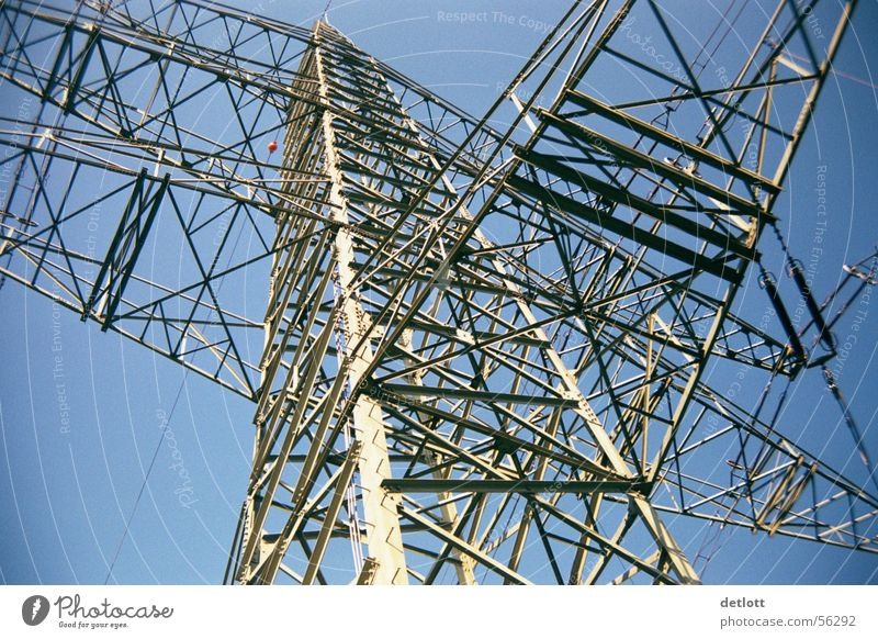 Stahlgigant Strommast Koloss extrem Elektrizität Dienstleistungsgewerbe Elektrisches Gerät Technik & Technologie Luftverkehr Himmel blau Perspektive
