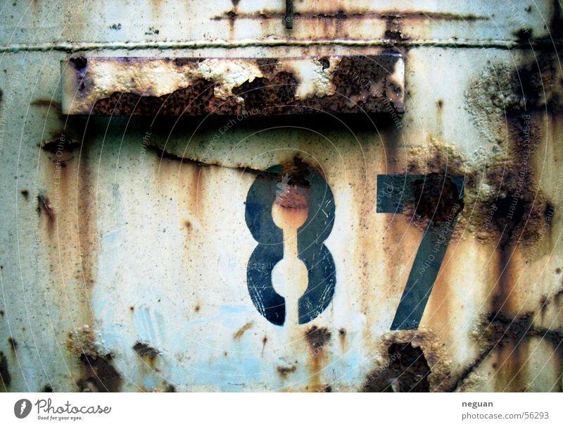 rostwand Ziffern & Zahlen sturktur Rost dreckig Metall contaner Wand blau 87 rot blau-rot