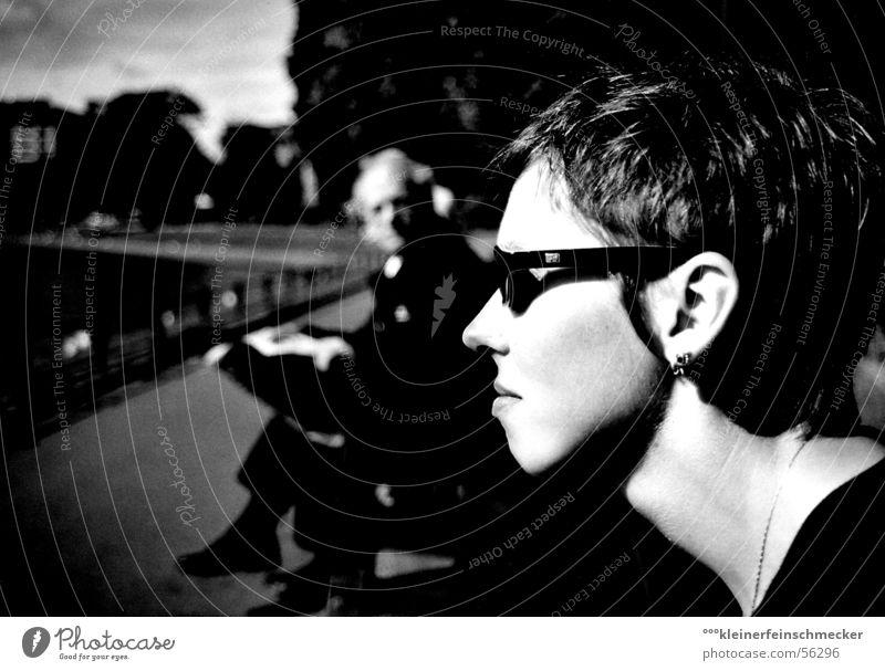 Attention Zeitung schwarz Frau Mann Wachsamkeit Park Kunst ästhetisch Sonnenbrille Parkbank Spannung heften fixieren Gesicht Perspektive Gefühle Schwarzweißfoto