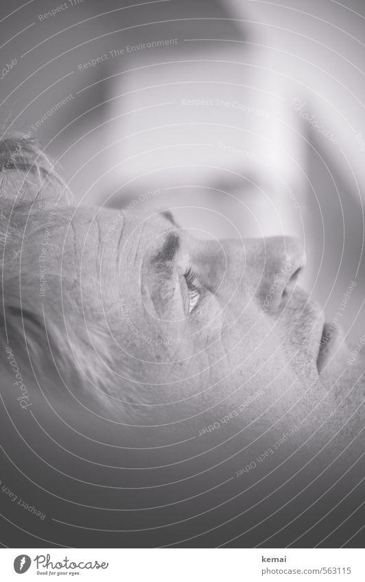 Gedankenvoll Mensch maskulin Mann Erwachsene Leben Gesicht Auge Nase 1 45-60 Jahre beobachten liegen Blick Gefühle ruhig nachdenklich Denken warten