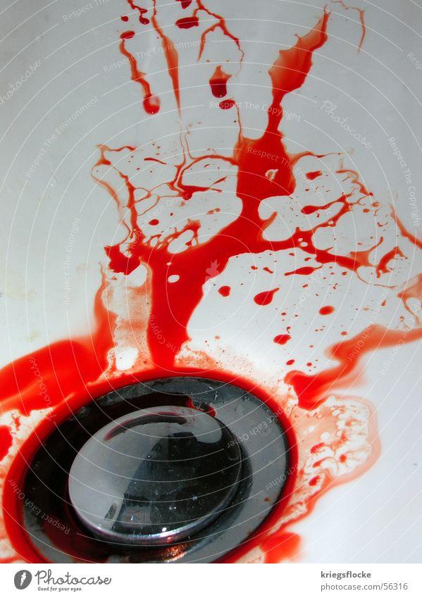 Viel Spaß beim Sauber machen... rot Abfluss Waschbecken weiß dreckig Flüssigkeit Farbe Blut verletztung Wassertropfen