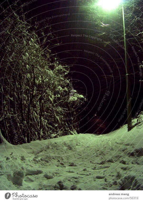 Laterne Winter Einsamkeit Lampe dunkel Schnee Wege & Pfade Fußspur Straßenbeleuchtung grell