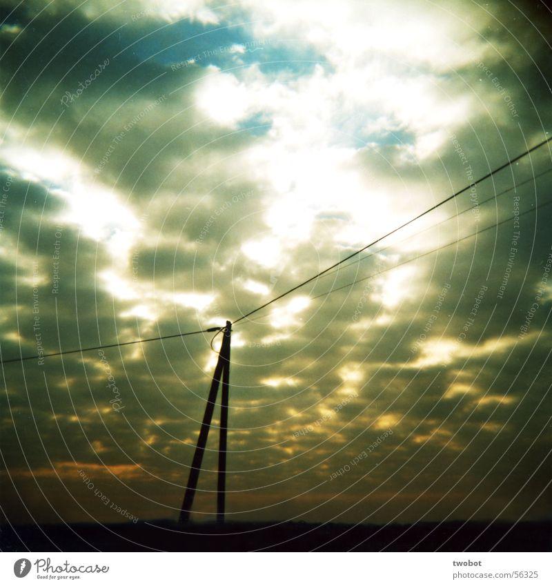 licht und schatten Wolken Regen Sonnenaufgang Sonnenuntergang Apokalypse Freundlichkeit böse Licht Beleuchtung Elektrizität Kraft Starkstrom Strommast weiß grau