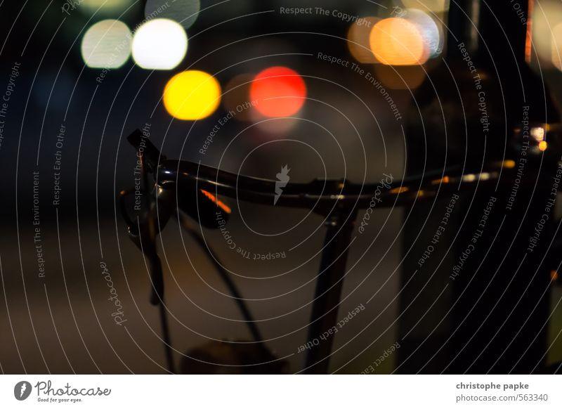 City Bike Fahrrad Stadt Stadtzentrum Verkehr Fahrradfahren Straße leuchten dunkel Unschärfe Lichtschein Fahrradlenker Farbfoto Gedeckte Farben Außenaufnahme
