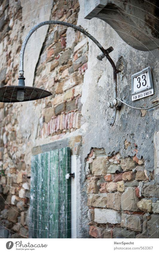 Duca D'Aosta 33 alt Haus Fenster Gebäude grau Lampe braun Fassade trist Schilder & Markierungen geschlossen ästhetisch einfach Ziffern & Zahlen Zeichen