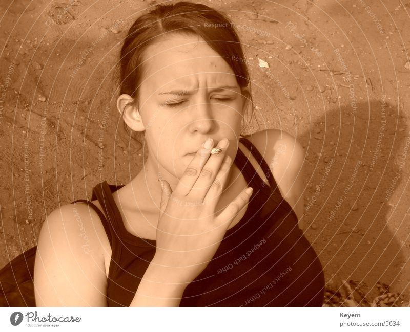 """""""Rauchen gefährdet die Gesundheit."""" Frau Erholung Zigarette ungesund"""