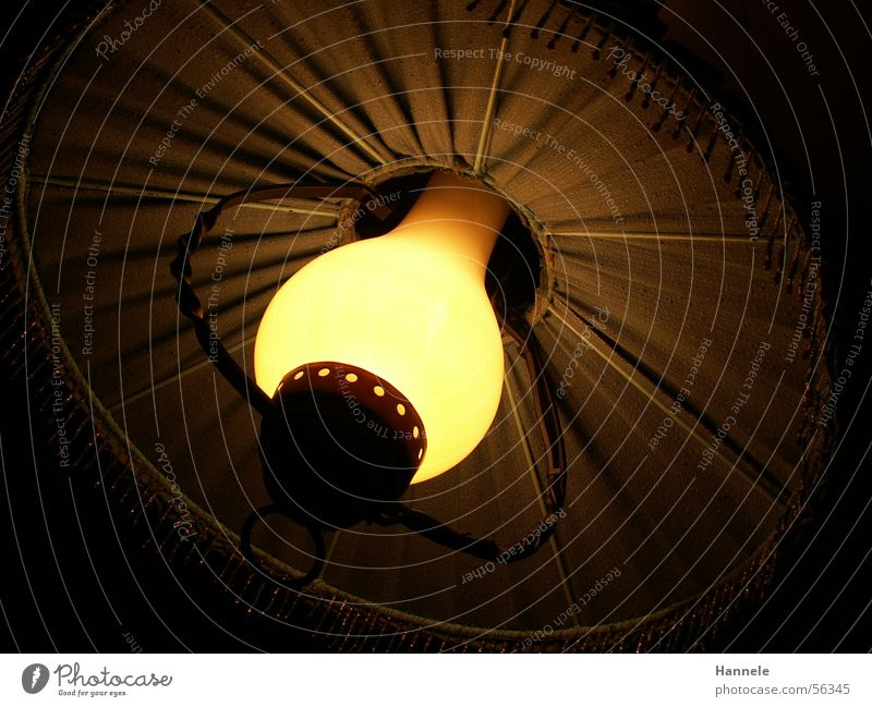 da geht ein Licht auf alt Lampe dunkel hell Hütte Glühbirne