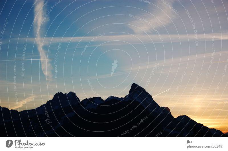 abendstimmung rüebli gummflueh Himmel Sonne blau gelb Berge u. Gebirge orange Abenddämmerung Möhre Kondensstreifen Saanenland Gstaad Berg Gummfluh