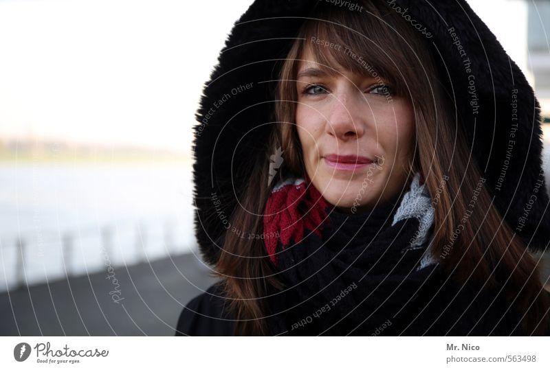 frosty Lifestyle feminin Frau Erwachsene Gesicht 1 Mensch 18-30 Jahre Jugendliche Herbst Winter Mode Mantel Schal brünett langhaarig beobachten Lächeln schön