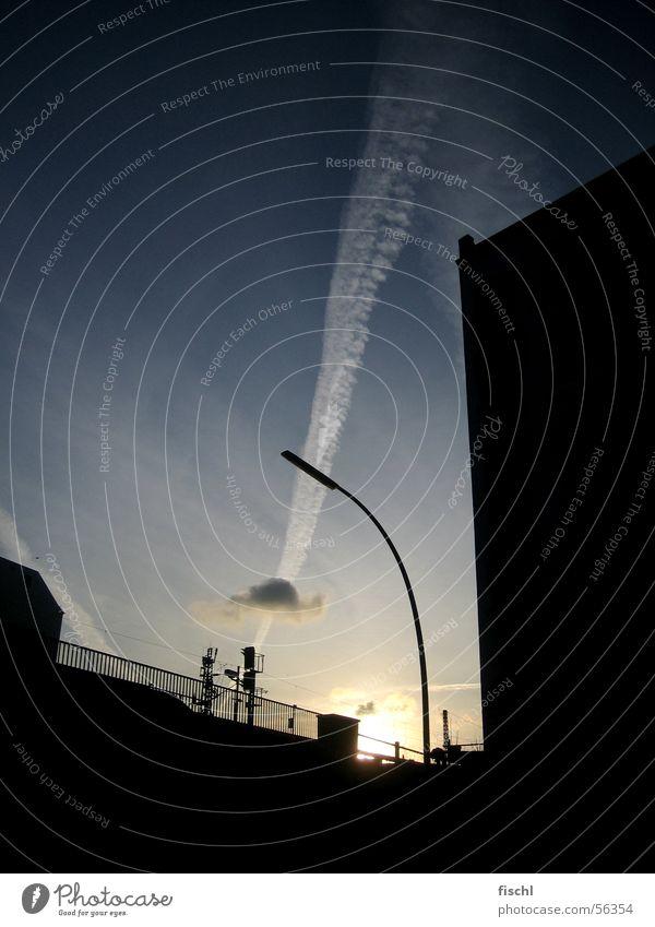 Zwischen dem Beton Stadt Wolken Grafik u. Illustration Laterne Abenddämmerung Abendsonne Kondensstreifen Streifen