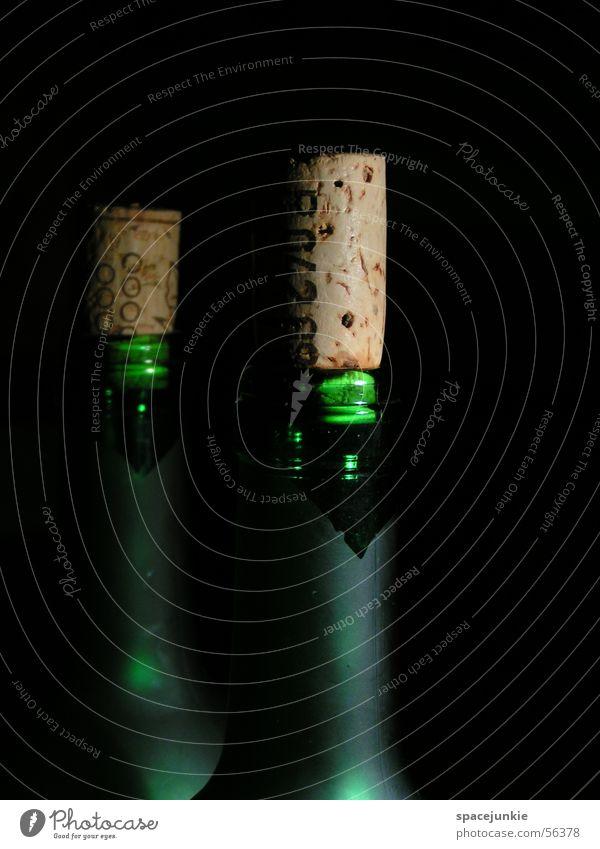Weinflaschen Korken Licht grün dunkel Flaschenhals Schatten Die Korken knallen lassen