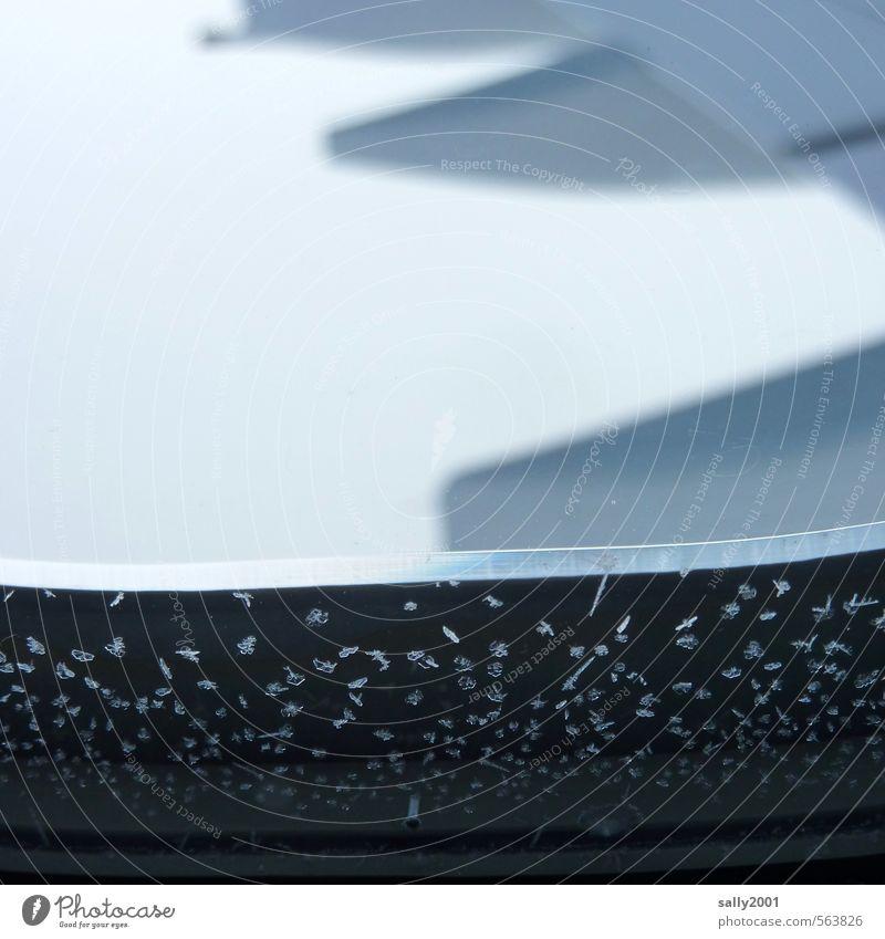 Frost über den Wolken... Ferien & Urlaub & Reisen Winter Ferne kalt grau klein Flugzeugfenster außergewöhnlich fliegen Eis Geschwindigkeit beobachten