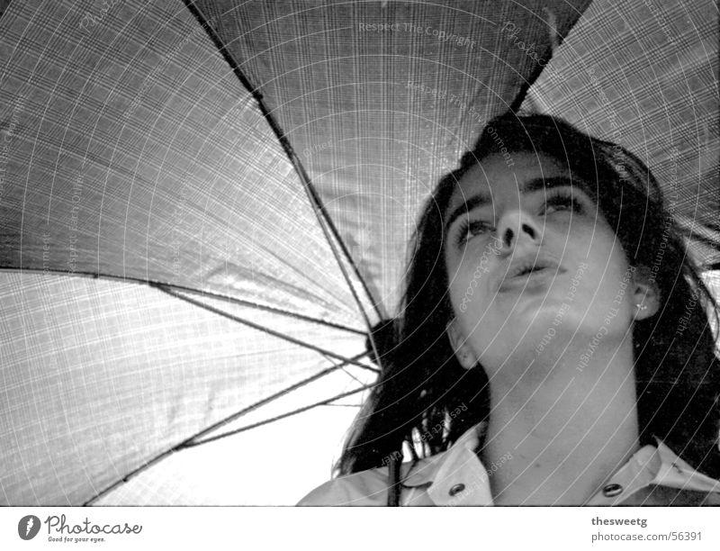 Frau unter Regenschirm Erholung Zufriedenheit Fröhlichkeit Spaziergang Schutz beweglich Promenade Fräulein Junge Frau Schutzdach Unterkunft Madame Niederschlag