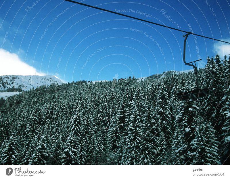liftblick01 Winter Berge u. Gebirge Alpen Natur Sesselbahn Skilift-Sitz Bergwald Winterwald Nadelwald Skigebiet Blauer Himmel Textfreiraum oben leer