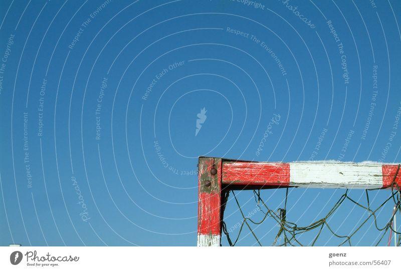 Das Runde muss ins Eckige ! Himmel Sonne blau Spielen Fußball Beleuchtung Ecke Ball Netz Tor Holzbrett Pfosten Weltmeisterschaft schießen