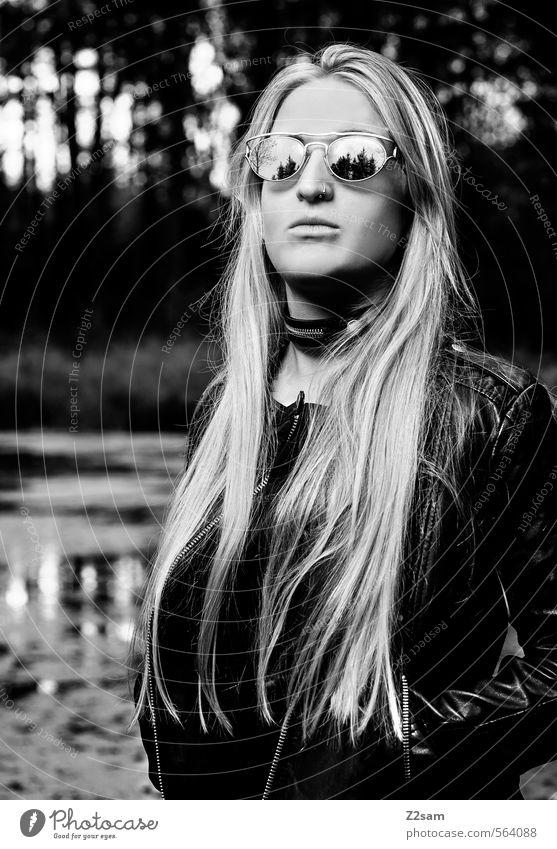 DARK ANGEL Jugendliche Wasser Baum Junge Frau Landschaft 18-30 Jahre Wald dunkel Erwachsene feminin Stil Mode Kraft elegant blond Lifestyle