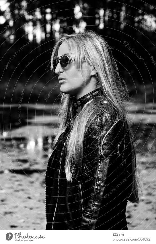 Rock 'n' Roll Lifestyle elegant Stil feminin Junge Frau Jugendliche 18-30 Jahre Erwachsene Natur Landschaft Wald See Mode Lederjacke Halsband Sonnenbrille blond