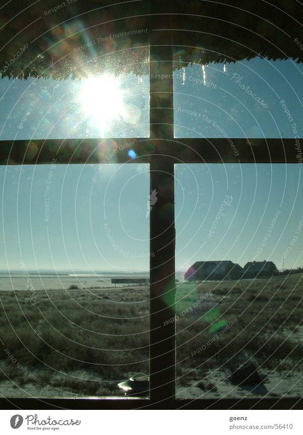 Ausblick Fenster Fensterkreuz Strohdach Dach Reetdach Ferne Winter Eiszapfen Haus kalt Beleuchtung Horizont Dänemark Sonne Glas Fensterscheibe blau Himmel