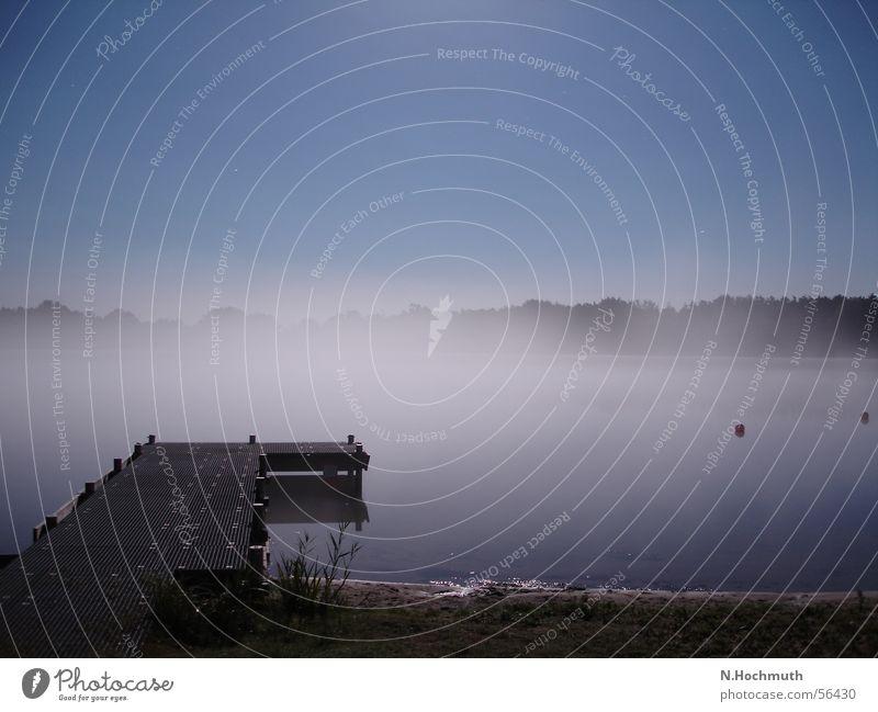 See im Nebel dunkel Stimmung Steg Nachtaufnahme Vollmond