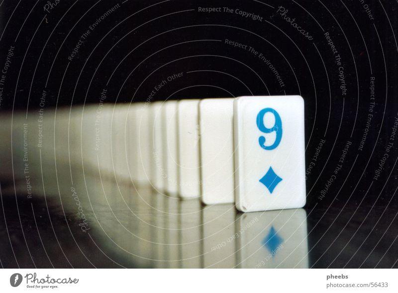 neun Dominosteine 9 Reflexion & Spiegelung schwarz weiß Ziffern & Zahlen Rechteck Kontrast blau Bodenbelag
