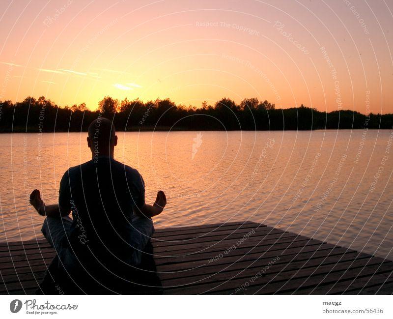 Ommm... Mensch Himmel ruhig gelb Freiheit Holz See orange rosa violett Meditation Steg Schönes Wetter