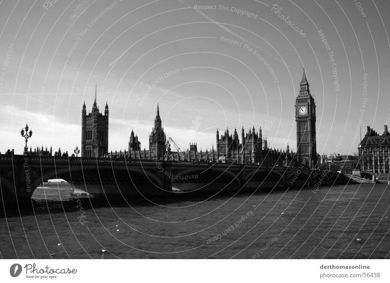 grey to grey Westminster Bridge Big Ben Houses of Parliament Themse London Großbritannien England Stadt Monochrom Ferne groß Gotik lang Mensch schwarz weiß grau