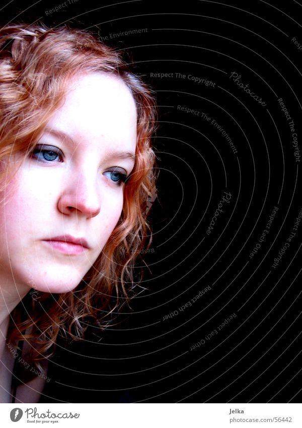 tristesse in farbe Frau Jugendliche rot Gesicht Erwachsene Auge Haare & Frisuren Traurigkeit Mund Haut Nase Trauer Junge Frau Sehnsucht Locken Gesichtsausdruck