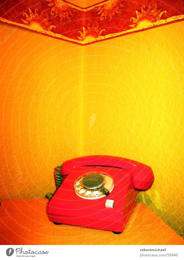 Das rote Telefon gelb Muster Wand Tapete Raufasertapete wählen hören liegen Knöpfe drücken wichtig retro Siebziger Jahre Stil Wählscheibe drehen Finger Loch