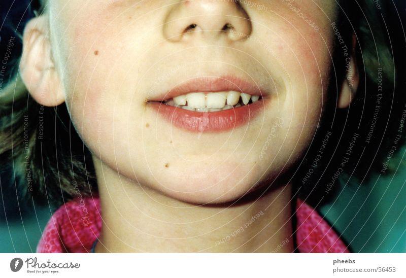cut Gesicht Haare & Frisuren Mund rosa Nase Ohr Zähne Lippen Anschnitt Leberfleck Kragen Bluse