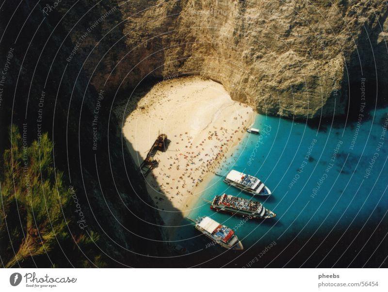 wrack Mensch Baum grün blau Ferien & Urlaub & Reisen Griechenland Sand Wasserfahrzeug Felsen Ast Schwimmen & Baden Bucht türkis beige Felswand Zakinthos