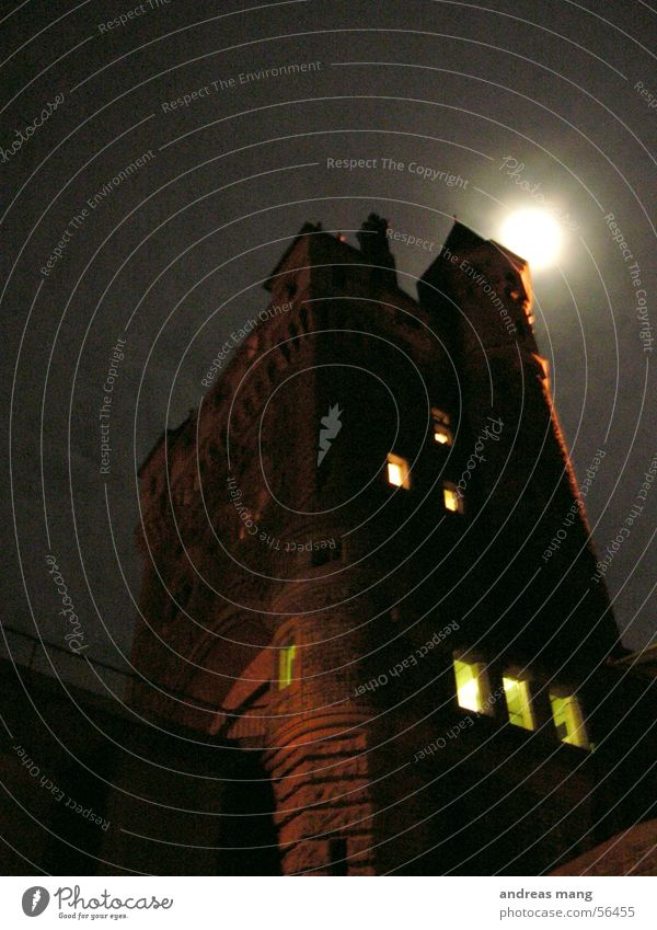 Der Turm dunkel Fenster Angst hoch Macht gefährlich gruselig Mond Fantasygeschichte