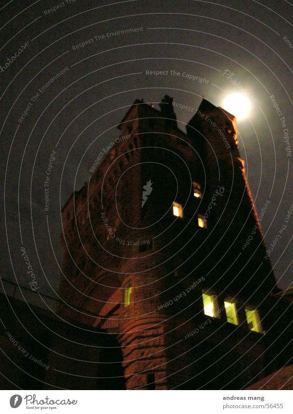 Der Turm dunkel Fenster Angst hoch Macht gefährlich Turm gruselig Mond Fantasygeschichte