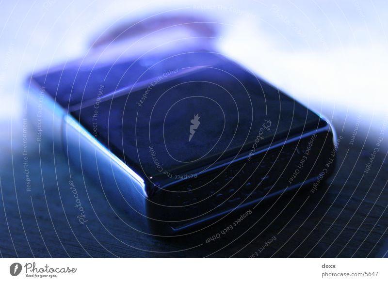 blaues Feuerzeug Chrom Licht dunkel Freizeit & Hobby Zippo Schatten