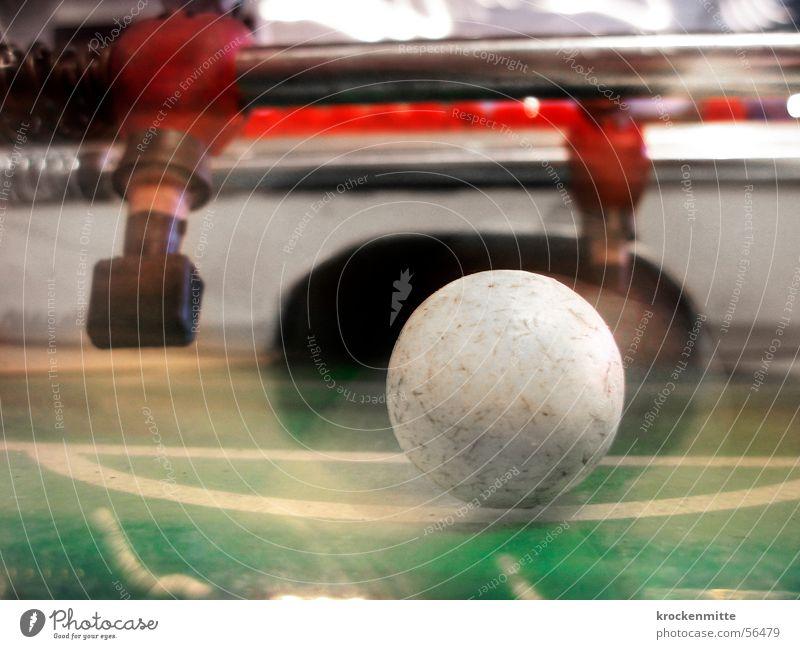 absolute giganten Tischfußball grün Spielen Sportveranstaltung Ball Bewegung fliegend Makroaufnahme Fußballtor Bewegungsunschärfe Stab Strafraum Perspektive