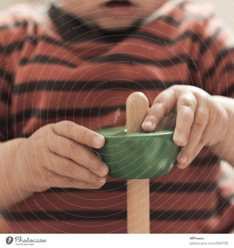 learning by doing Mensch Kind schön Hand Spielen Holz Kindheit lernen Baby Mund Finger süß Streifen Kindheitserinnerung Schnur entdecken