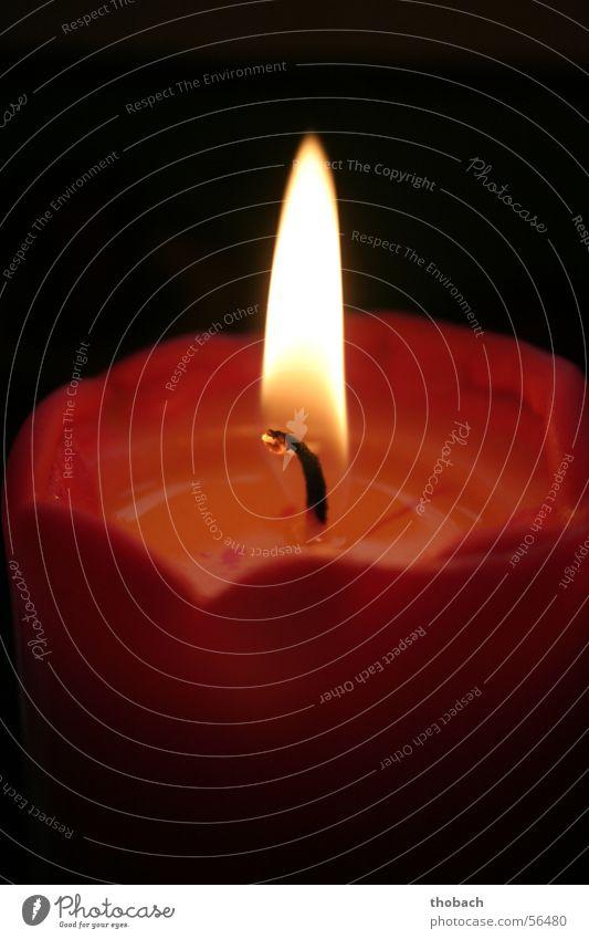 Kerzenlicht einer roten Kerze Licht Romantik Wachs brennen heiß Physik Brand gelb Flamme Kerzendocht Wärme hot romantic flame candle light red