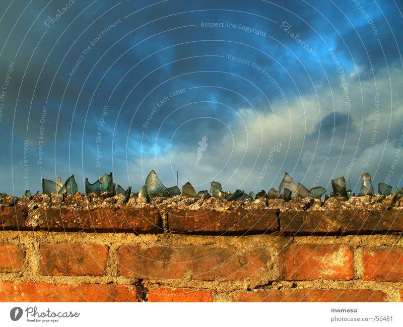 Grenzerfahrung Himmel Wolken Mauer Glas Backstein Scherbe