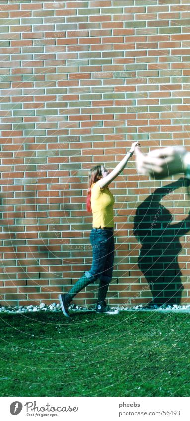 zwerg Schulunterricht Hand Unschärfe Frau Gras Wiese Mauer Wand Sommer pinke haare Rasen Schatten