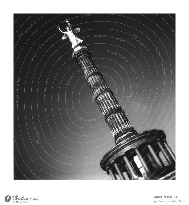 Berlin Berlin Schwarzweißfoto Außenaufnahme Lomografie Textfreiraum links Textfreiraum rechts Hintergrund neutral Kontrast Erfolg Stadtzentrum Platz Bauwerk