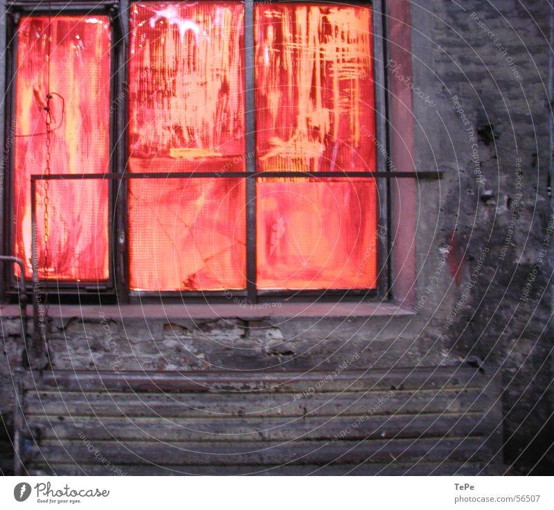 gefundene Spuren alt rot Einsamkeit gelb Farbe Fenster Stein Mauer orange Glas Industriefotografie Reinigen Backstein Lagerhalle Rahmen Demontage