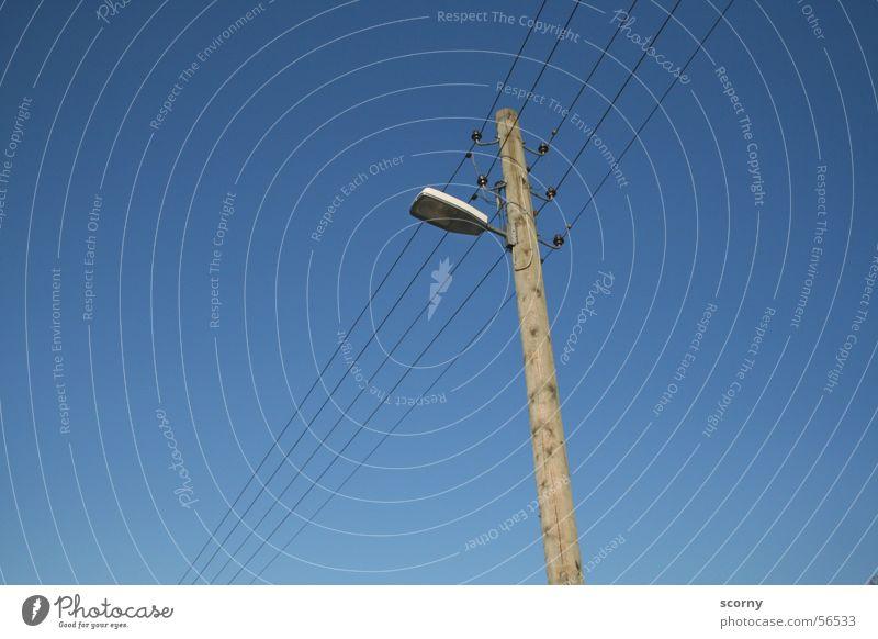 Leuchtende Verbindung Laterne Lampe Elektrizität Holz führen Himmel Strommast Kabel blau Leitung Pfosten lantern lamp sky blue power supply line conductive