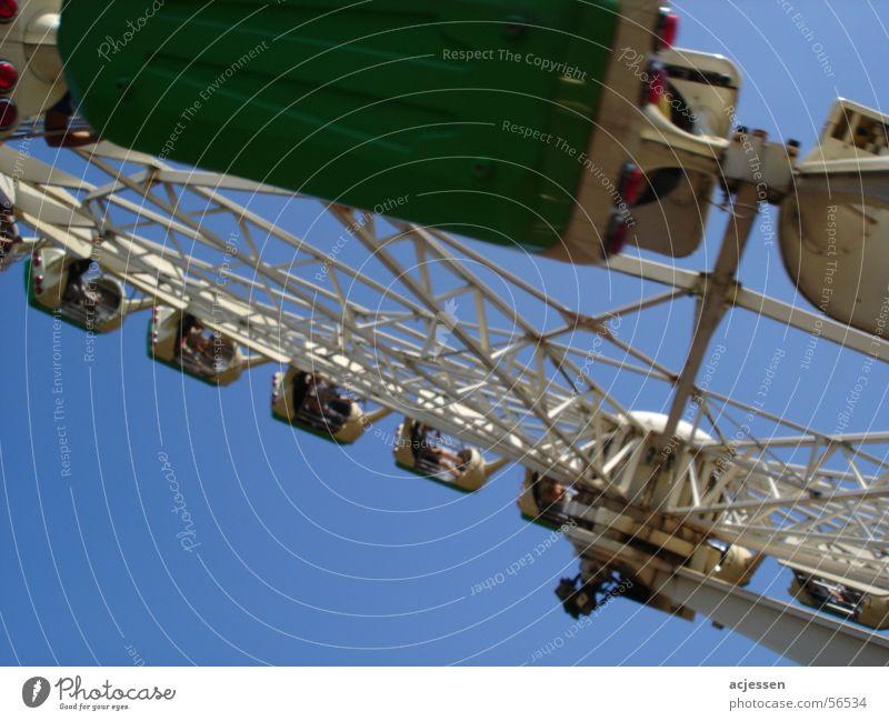 Spinning Karussell Vergnügungspark Soltau drehen heidepark Himmel Freude über kopf Jahrmarkt