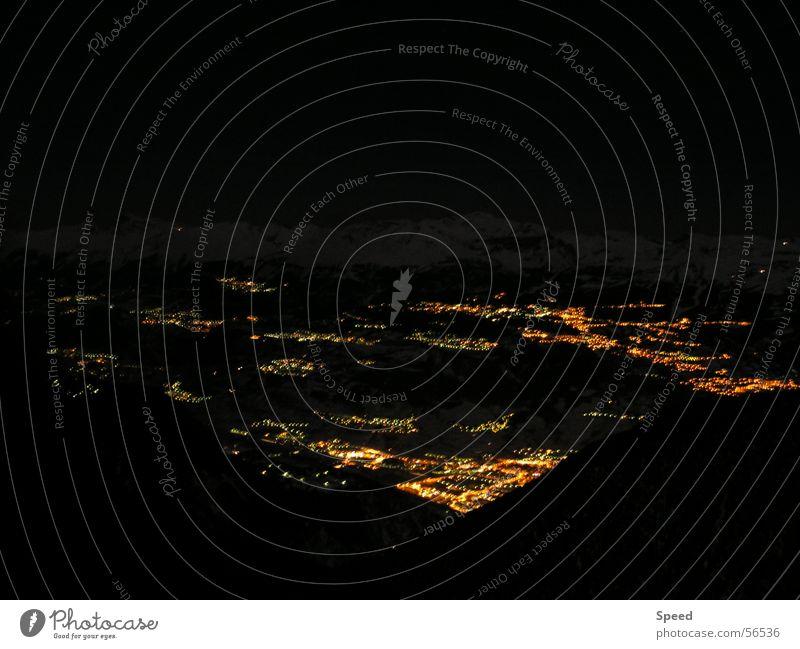 Lichterspiel bei Nacht Stadt dunkel Berge u. Gebirge Romantik Schweiz Tal Lichtermeer