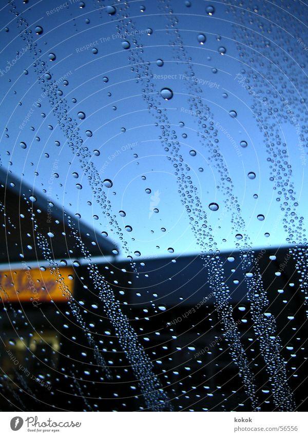 Tankstellenidylle Himmel blau Wasser Fenster Freiheit Stimmung Regen mehrere Wassertropfen Eisenbahn Schutz Klarheit Fensterscheibe Ladengeschäft Blase
