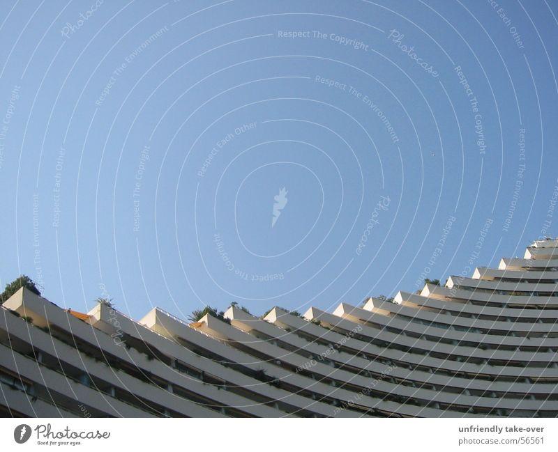 ein traum aus beton Himmel blau Küste Beton Hochhaus rund Hotel Balkon blamabel