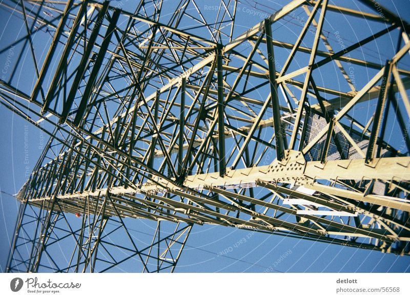 Stahlkoloss Himmel blau Sommer Linie Angst groß hoch Perspektive Energiewirtschaft Elektrizität Luftverkehr Macht Technik & Technologie Stahl Flucht Strommast