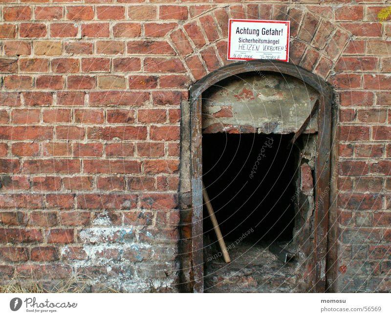 ausgebrannt? Fabrik Backstein gefährlich ofen. schlot Vorsicht bedrohlich alt mauer.