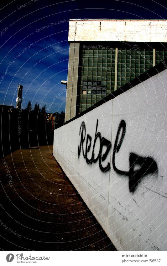 Rebel blau dunkel schwarz Graffiti Wege & Pfade klein groß Schweiz Blauer Himmel rebellieren Rüti