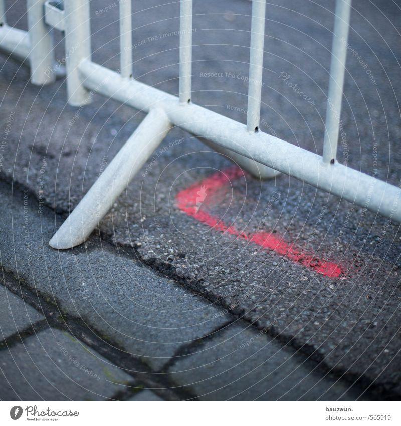 bauzäune sind da genau. Stadt rot Straße Wege & Pfade grau Stein Linie Metall Schilder & Markierungen Erfolg Platz Beton Streifen Baustelle Zeichen Fabrik