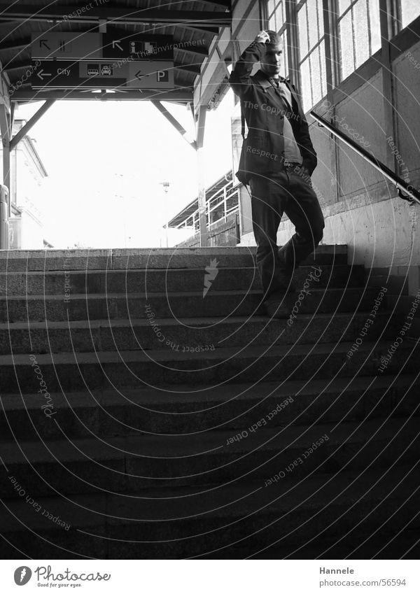Wohin will ich eigentlich? Mann schwarz weiß Eisenbahn Gleise Licht Jacke Bahnhof Mensch Treppe Schwarzweißfoto Unterführung jacket Jeanshose